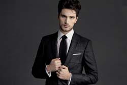 мужчина в модном костюме