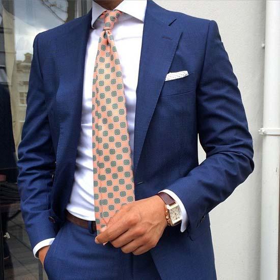 стильный синий пиджак делового мужчины фото