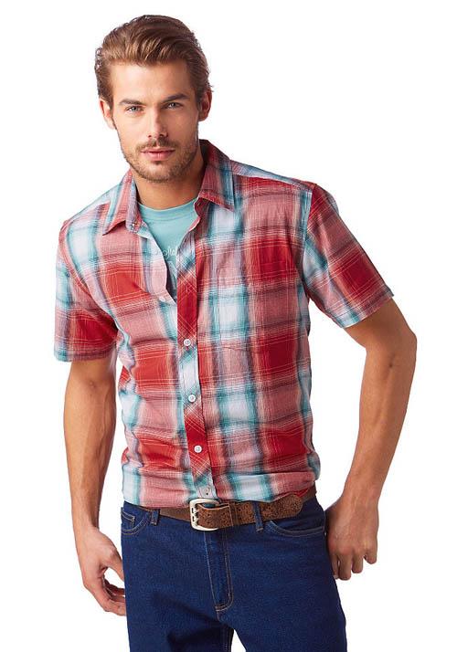мужчина в футболке и рубашке фото