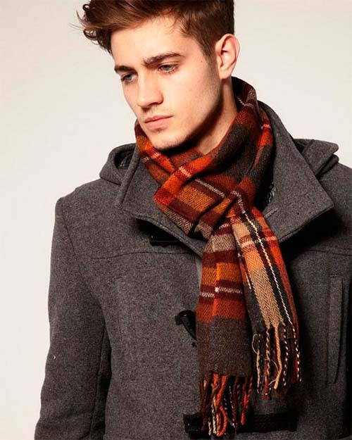 модный мужчина в шарфе и пальто фото