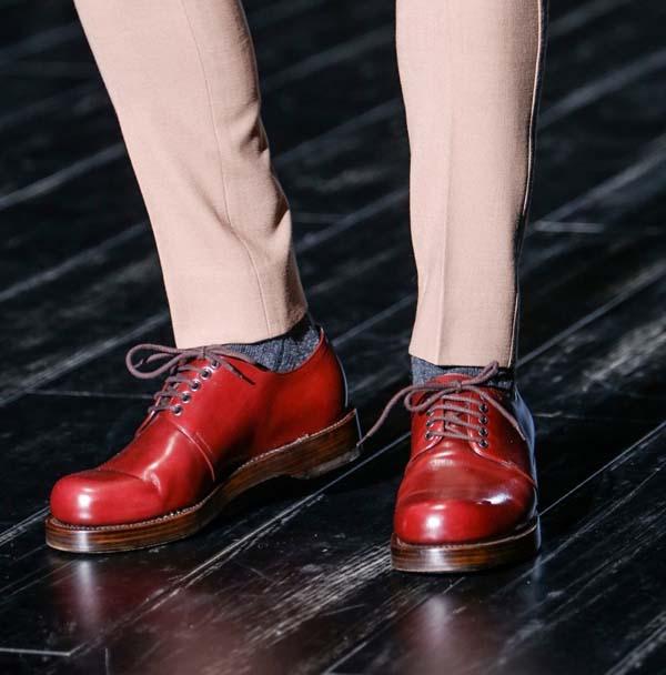 модная мужская бордовая обувь фото