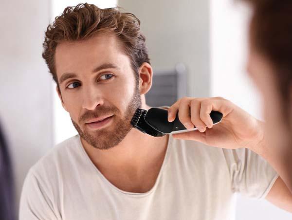 мужчина бреется электробритвой фото
