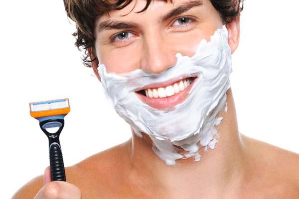 мужчина бреется станком фото