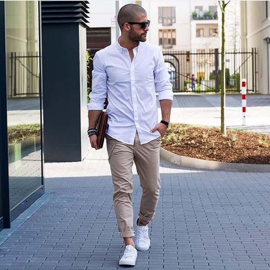 брюки чинос и рубашка