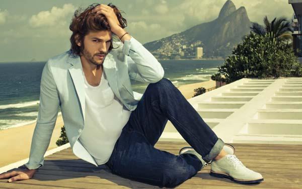 модный мужчина в джинсах
