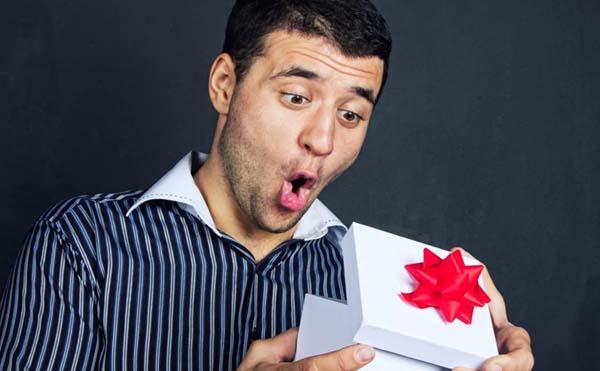 мужчина получает подарок фото